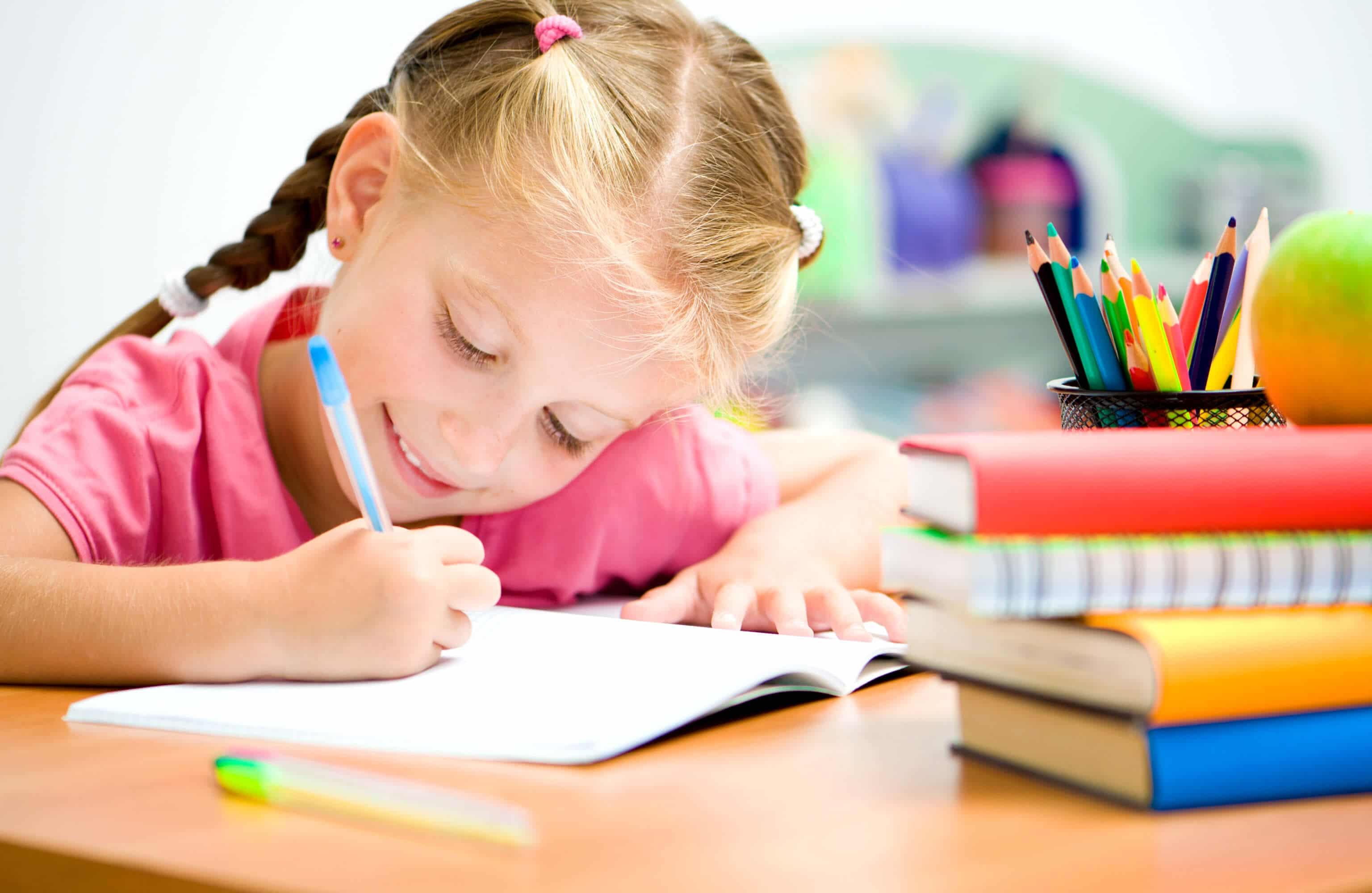 Dieses Mädchen bekommt Hilfe bei Leseschwäche & Rechtschreibschwäche